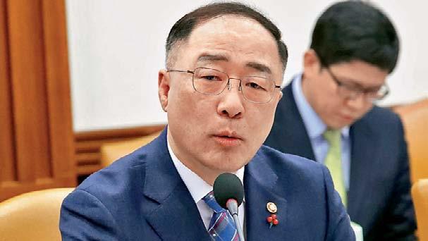 दक्षिण कोरिया के वित्त मंत्री हॉन्ग नैम-की ने कहा कि हम लोगों को कैश बांटेंगे।