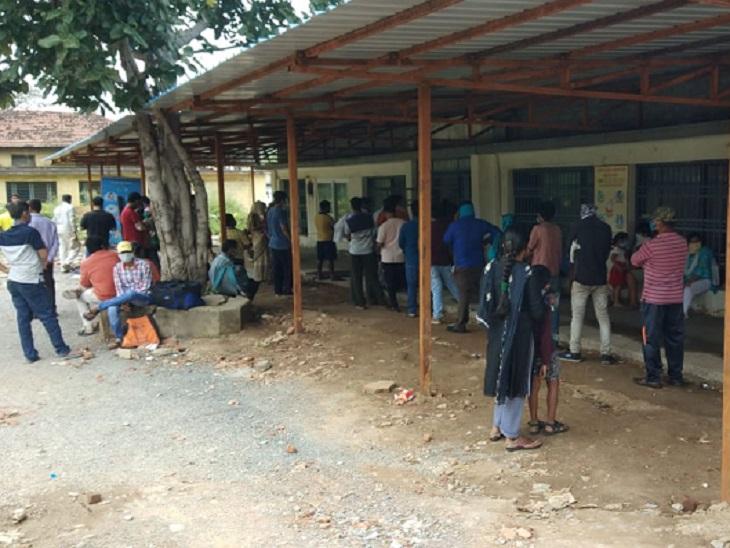 कोरोना संक्रमण की जांच के लिए लोग खुद से भी आगे आ रहे हैं। यह तस्वीर पंडरी जिला अस्पताल की है। जहां सैंपल देने के लिए लोगों की लाइन लगी है।