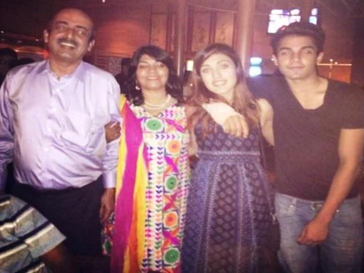 रिया का परिवार: पिता इंद्रजीत,मां संध्या और भाई शौविक के साथ रिया।