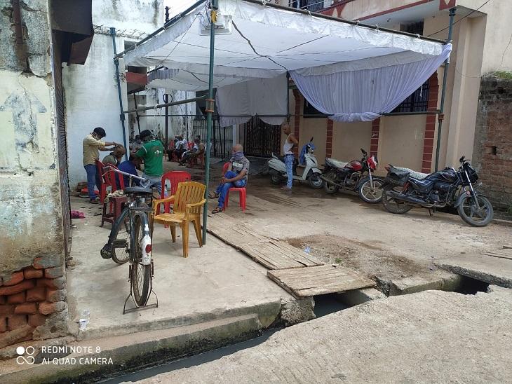 पूर्व पार्षद प्रीतम ठाकुर का कहना है कि पूरा परिवार कोरोना संक्रमित है। इसके बाद भी पंडाल लगाकर श्राद्ध भोज देने की तैयारी की जा रही है। न पुलिस को दिख रहा है, न निगम की टीम को।