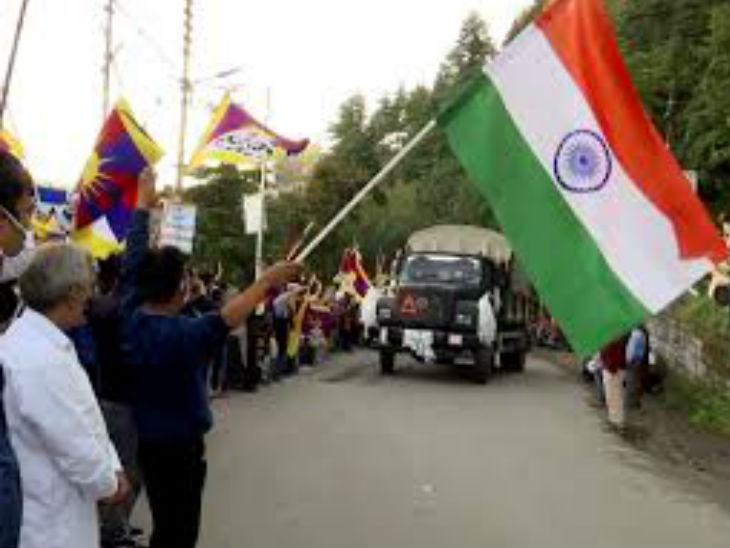 हिमाचल प्रदेश के शिमला में एलएसी के लिए रवाना होते सैनिकों के स्वागत के लिए पहुंचे स्थानीय और तिब्बती समुदाय के लोग। - Dainik Bhaskar