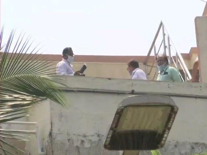 सुशांत के बंगले पर जांच करती सीबीआई और एम्स की टीम।
