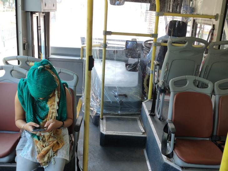 ज्यादातर बसों में एक से दो सवारी ने ही नजर आई।