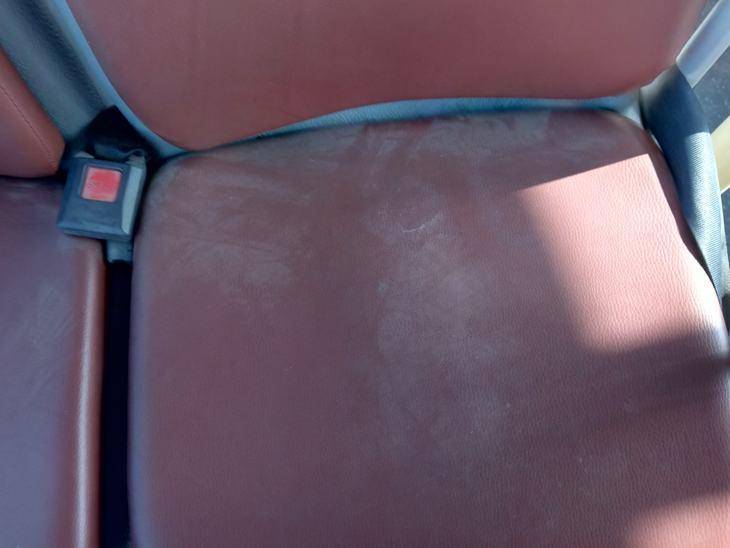 सीट पर जमी धूल।