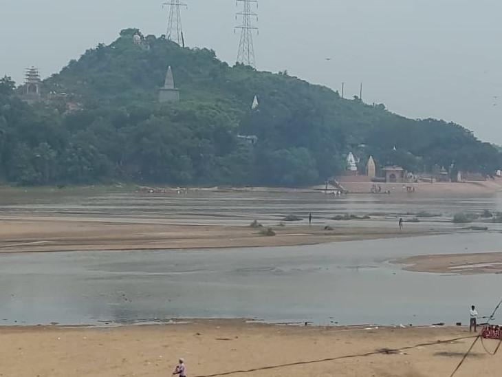 हर साल पितृ पक्ष में गया में नदी किनारे के घाटों पर श्रद्धालुओं की भीड़ रहती है। लेकिन, इस साल गया ये घाट सुनसान पड़े हैं।
