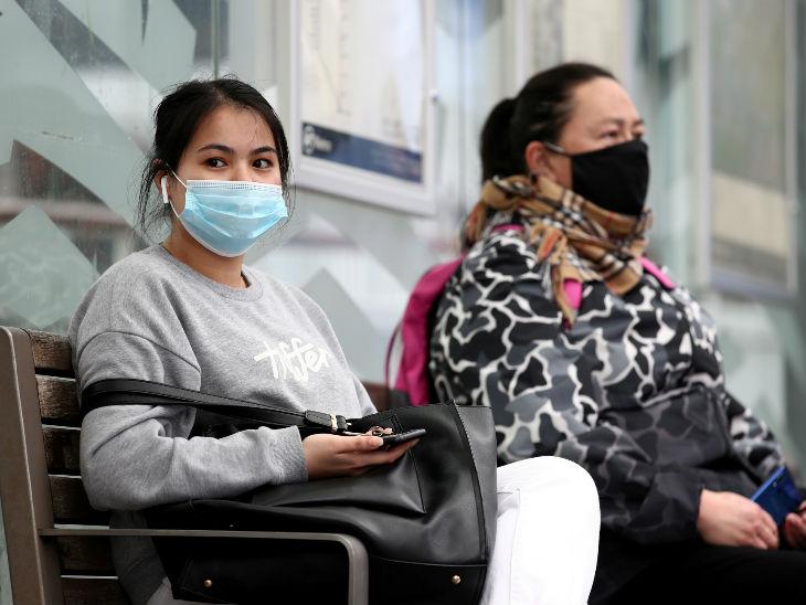 महामारी के बीच न्यूजीलैंड में बस स्टॉप पर बस का इंतजार करती मास्क पहनीं महिलाएं। देश में संक्रमण के 1767 मामले मिल चुके हैं।