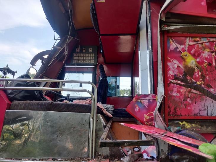 टक्कर इतनी जोरदार थी कि बस में आगे बैठे एक मजदूर का शव ट्रक ड्राइवर के केबिन के ऊपर मिला है।