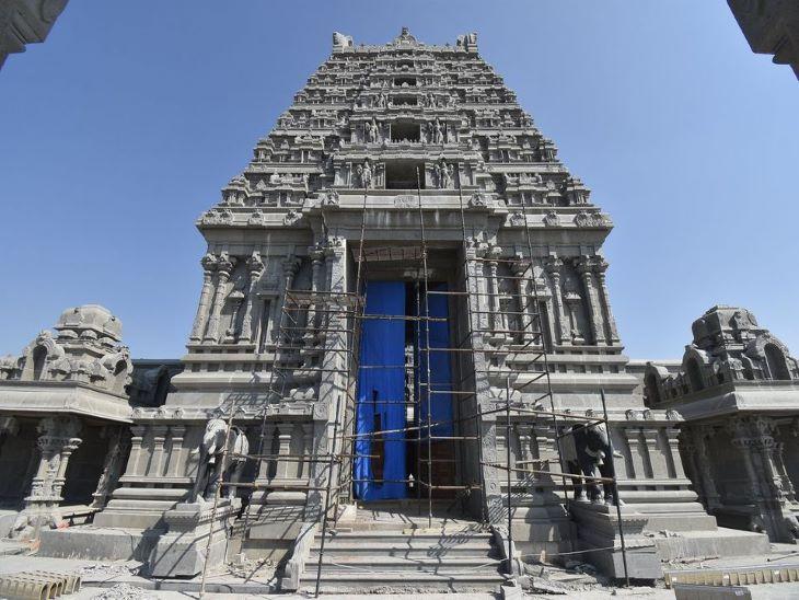 ये मंदिर का मुख्य द्वार है। मंदिर में कुल 6 द्वार हैं।
