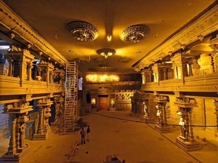 मंदिर के अंदर इस समय लाइटिंग और फाइनल टचिंग का काम जारी है। इसी हॉल में होकर श्रद्धालु मंदिर की मुख्य गुफा तक पहुंचेंगे।