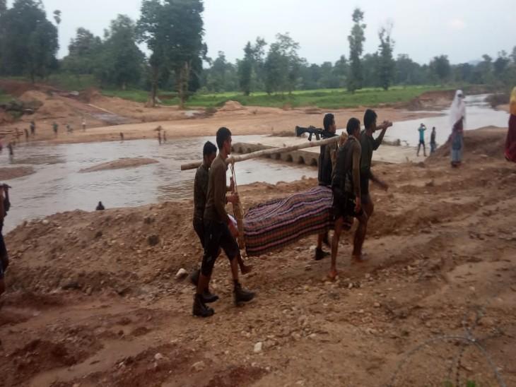 पुलिस की टीम ग्रामीणों को भरोसा दिलाने का प्रयास कर रही है।