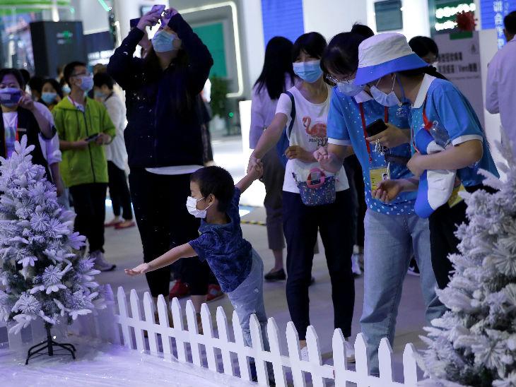चीन में शुक्रवार को एक इंटरनेशनल फेयर में मौजूद लोग मास्क पहने नजर आए। देश में संक्रमण से अब तक 4634 लोगों की जान गई है।