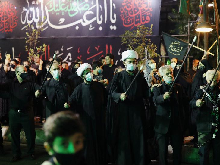 महामारी के दौरान ईरान में एक धार्मिक कार्यक्रम में शिया मुस्लिम मास्क लगाए नजर आए। देश में 22 हजार से ज्यादा की मौत हो चुकी है।- फाइल फोटो