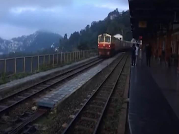 दो यात्रियों को लेकर सोलन से शिमला पहुंची हेरिटेज ट्रेन।