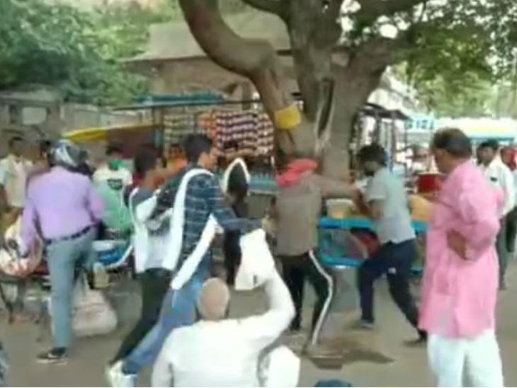 जालौन में लड़की से छेड़खानी कर रहे शोहदो को पकड़कर घर वालों ने जमकर पीटा, पुलिस के हवाले किया|उत्तरप्रदेश,Uttar Pradesh - Dainik Bhaskar