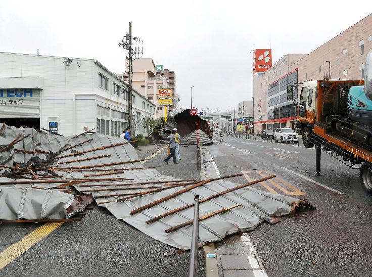 जापान के फुकुओका इलाके में तेज हवा के बाद गिरा एक कार शेड। फुकुआको समेत देश के कई दक्षिणी इलाके में तूफान का असर नजर आया।