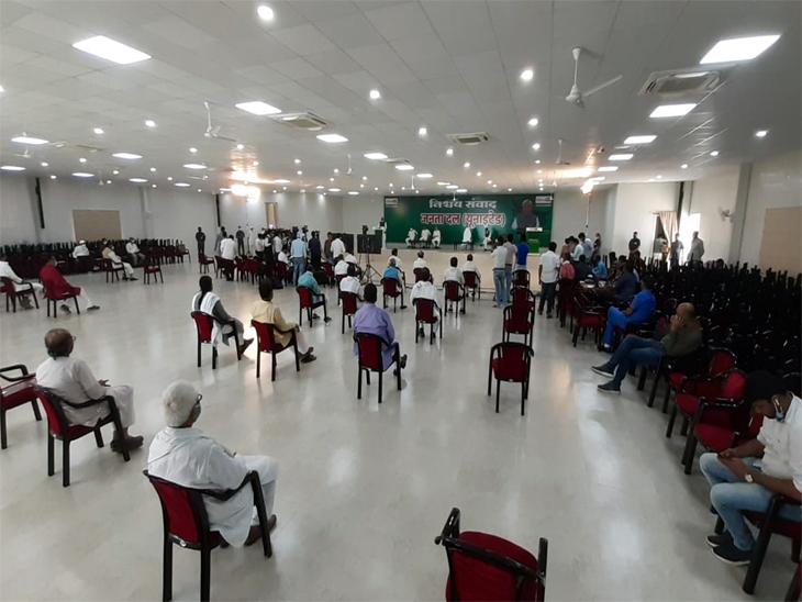 जदयू ऑफिस के कर्पूरी सभागार में नीतीश कुमार का भाषण सुनते लोग।