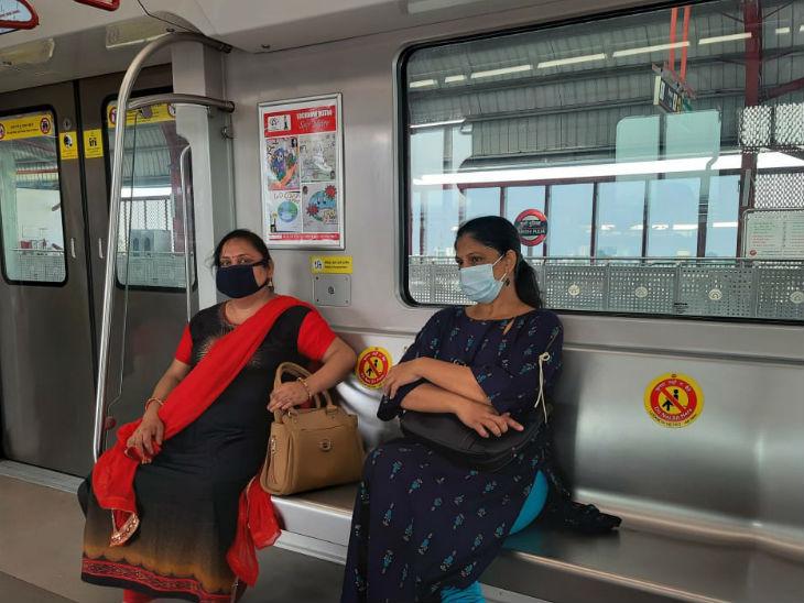 मेट्रो में सवार अर्चना और सुमन राय।