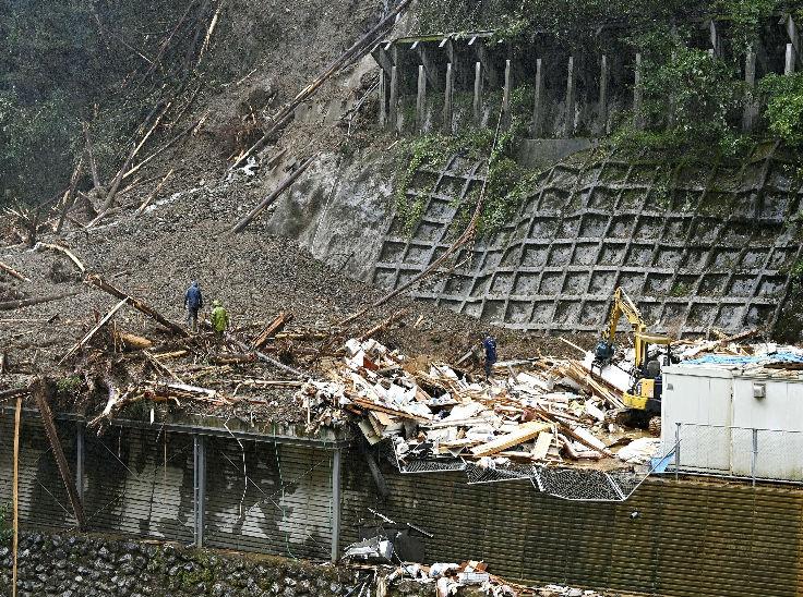 जापान के शिबा टाउन में लैंडस्लाइड से कई घरों को नुकसान पहुंचा।
