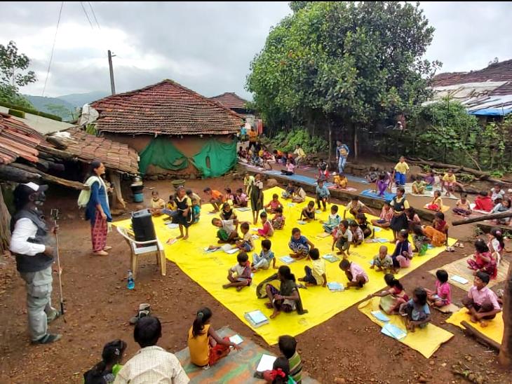जिनके पास स्मार्टफोन-इंटरनेट की सुविधा नहीं उन्हें पढ़ाने के लिए आते हैं 'स्पीकर टीचर', महाराष्ट्र के 35 गांवों में चल रहा है ये बोलता स्कूल|DB ओरिजिनल,DB Original - Dainik Bhaskar