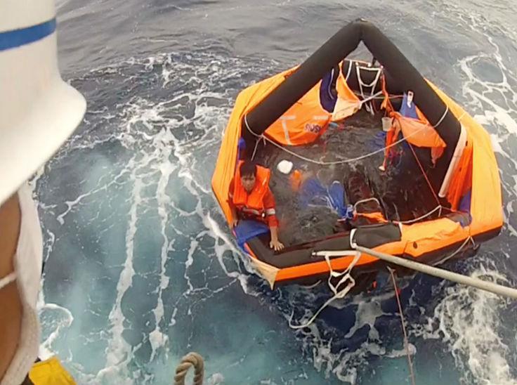 यह फोटो मयस्क तूफान के बाद डूबे कैटल कार्गो से जिंदा बचाए गए क्रू मेम्बर की है। वह लाइफ बोट के सहारे समुद्र में तैरता मिला था।