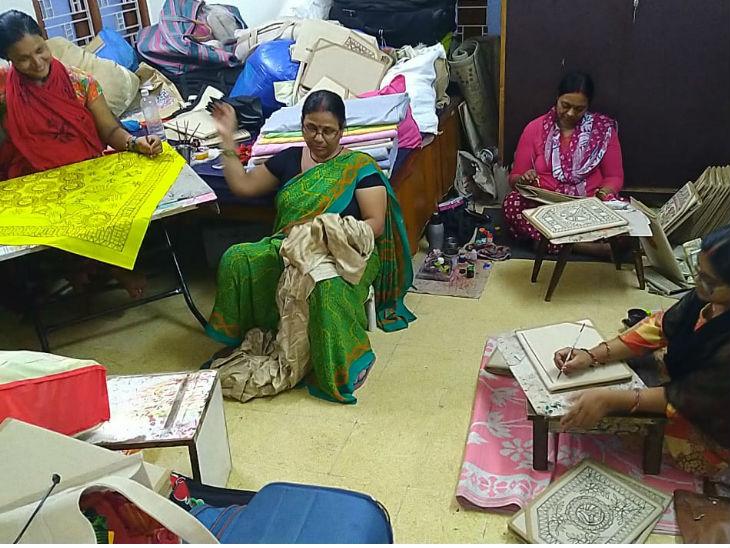 उषा झा के साथ करीब 400 लोग काम करते हैं। जिनमें 90 फीसदी महिलाएं हैं। उनके यहां 8 रुपए से लेकर 70 रुपए तक के मास्क हैं।