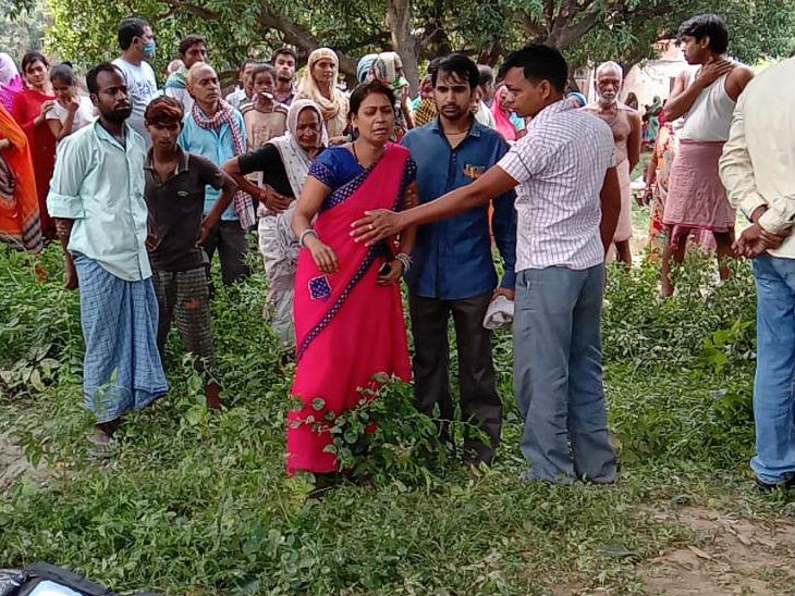 पेड़ से लटकता मिला बुनकर का शव, परिवार ने हत्या की आशंका जताई, एक दिन पहले पुलिस ने गुमशुदगी की रिपोर्ट लिखी थी|उत्तरप्रदेश,Uttar Pradesh - Dainik Bhaskar