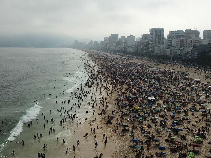 ब्राजील में लोग कोरोना महामारी को लेकर जागरूक नहीं है। यहां के रियो डि जेनेरियो के इपानेमा बीच पर हजारों की संख्या लोग जुट रहे हैं। फोटो रविवार की है।