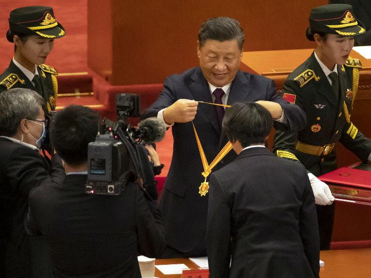 चीन के राष्ट्रपति शी जिनपिंग कोरोना महामारी के दौरान बेहतर काम करने वाले डॉक्टरों को सम्मानित करते हुए।