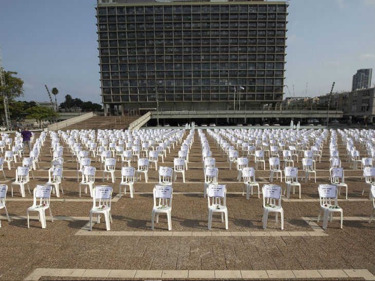 तेल अवीव के रुबिन स्क्वेयर पर कोरोना से जान गंवाने वालों को एक हजार खाली कुर्सियां रखकर याद किया गया।