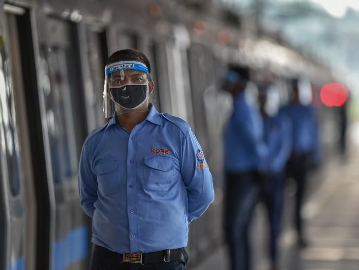 फोटो दिल्ली के यमुना बैंक मेट्रो स्टेशन की है। यहां हर ट्रेन के हर कोच के बाहर डीएमआरसी का कर्मचारी लगाया गया है ताकि लोग सोशल डिस्टेंसिंग का पालन करते हुए ही ट्रेन में एंट्री करें। - Dainik Bhaskar
