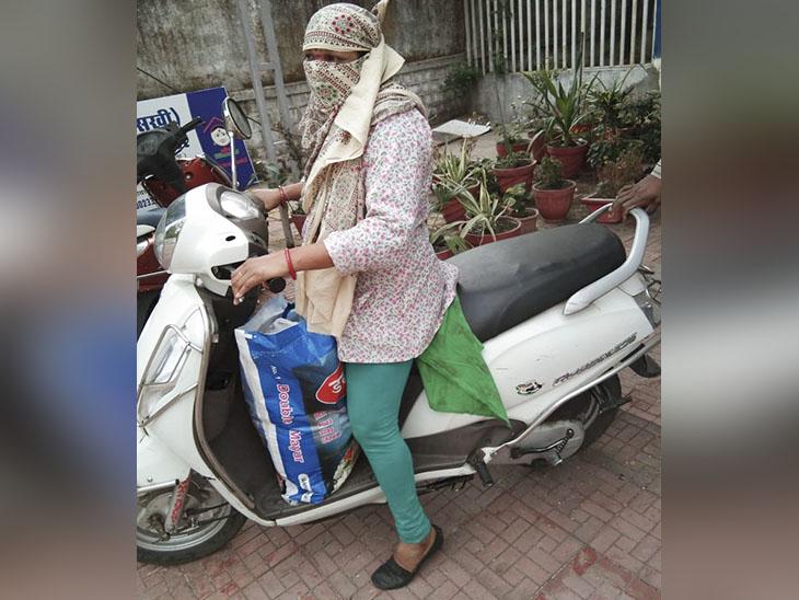 गौरवी से जुड़ी महिलाएं इस तरह रोजाना राशन बांटने निकलती थीं। इस काम में उन्हें पूरा दिन बीत जाता था।