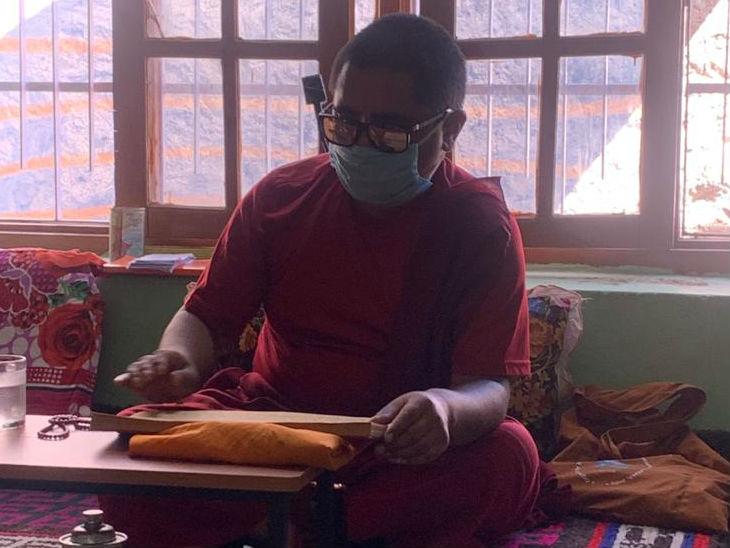 शहीद तेनजिन की आत्मा की शांति के लिए बौद्ध भिक्षु मंत्र पढ़ते हुए।