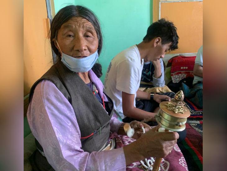 नीमा की मां हाथ में प्रेयर व्हील लिए। वो उसे घुमाती हैं औिर फिर मंत्र बोलने लगती हैं।