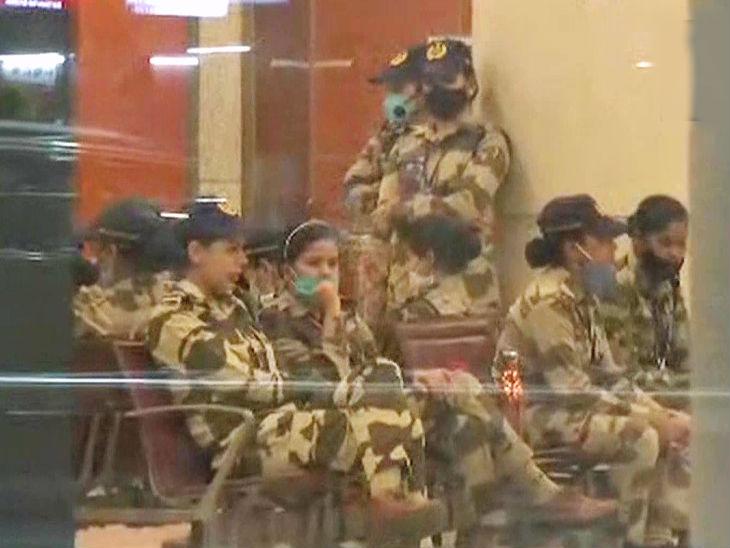 कंगना की सुरक्षा में तैनात की गईं पुलिसकर्मी।