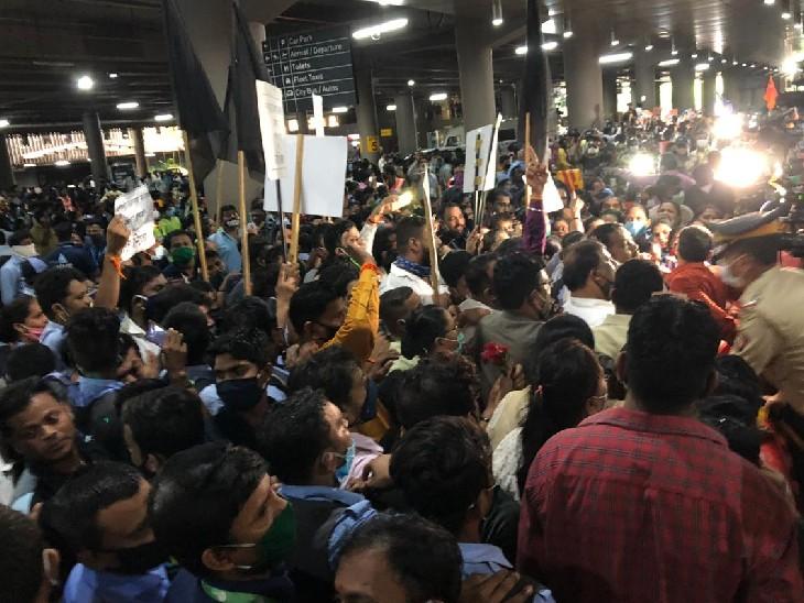 इससे पहले एयरपोर्ट पर शिवसेना के कार्यकर्ताओं ने कंगना के खिलाफ नारेबाजी की।