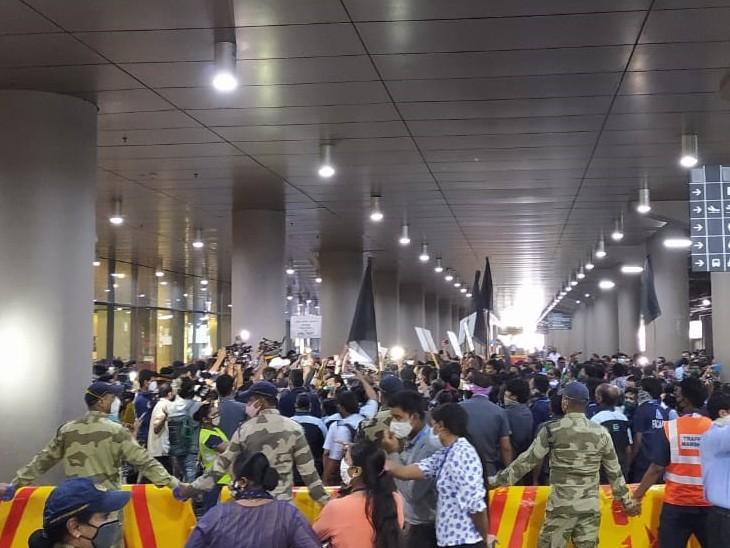 एयरपोर्ट पर कंगना के समर्थक और विरोधी आमने-सामने आ गए।