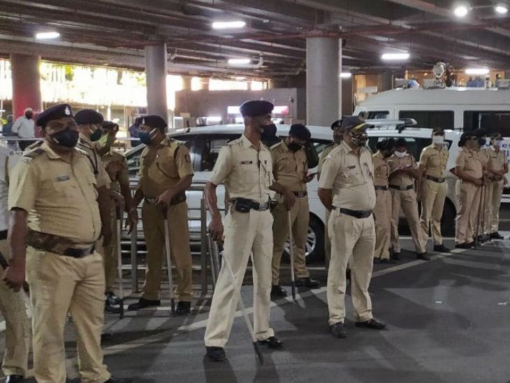 एयरपोर्ट पर कंगना की सुरक्षा में मुंबई पुलिस के फील्ड मार्शल, सीआईएसएफ और मुंबई पुलिस के 24 से ज्यादा जवान तैनात किए गए।
