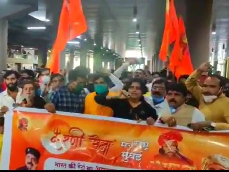 मुंबई में कंगना के समर्थन में करणी सेना के कार्यकर्ताओं ने प्रदर्शन किया।