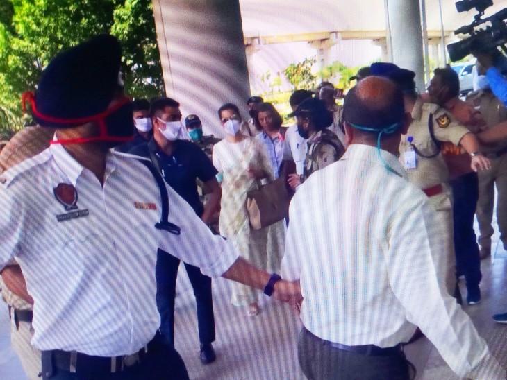 मोहाली एयरपोर्ट पर एक्ट्रेस के समर्थन में लोगों ने नारे लगाए।
