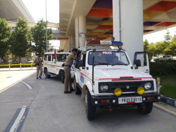 पंजाब पुलिस की एक टीम उन्हें एयरपोर्ट तक लेकर आई।