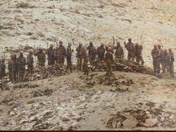 7 सितंबर को पैंगॉन्ग झील के पास चीन के सैनिक भाला, रॉड और धारदार हथियार लिए नजर आए थे।