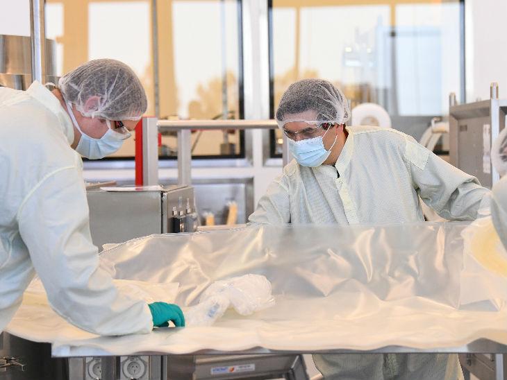 मेलबर्न में सीएसएल बॉयोटेक फैसिलिटी के लैब में काम करते वैज्ञानिक। सीएसएल ने कहा है कि वह वैक्सीन पर काम कर रही है। 2021 की शुरुआत में ही ऑस्ट्रेलिया में वैक्सीन मौजूद होगी।