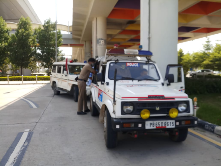 चंडीगढ़ एयरपोर्ट पर कंगना की सिक्योरिटी की गाड़ियां।