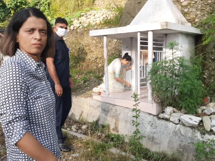 कुल देवी के मंदिर में पूजा करतीं एक्ट्रेस कंगना रनोट।