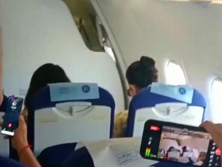 कंगना पूरी फ्लाइट में मोबाइल पर वीडियो देखती रहीं।