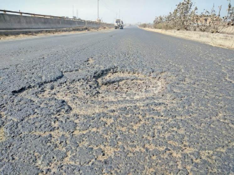 जिले में 72 किमी एनएच-28 पर डुमरिया से मिर्जापुर तक गड्ढे ही गड्ढे, बारिश से उखड़ी कालीकरण|गोपालगंज,Gopalganj - Dainik Bhaskar