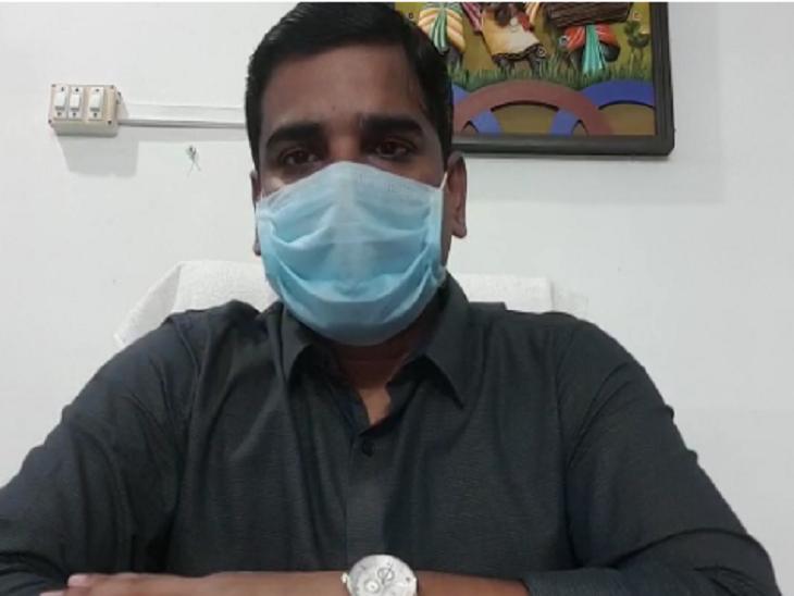 फोटो रायगढ़ एसपी संतोष सिंह की है। इस वक्त वो कोरोना से संक्रमित हैं और आईसोलेटेड हैं, मगर वीडियो कॉल के जरिए राहत बचाव कार्य की जानकारी ले रहे हैं।