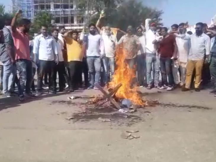 प्रदर्शनकारियों ने कंगना के सम्मान में नारे लगाए।