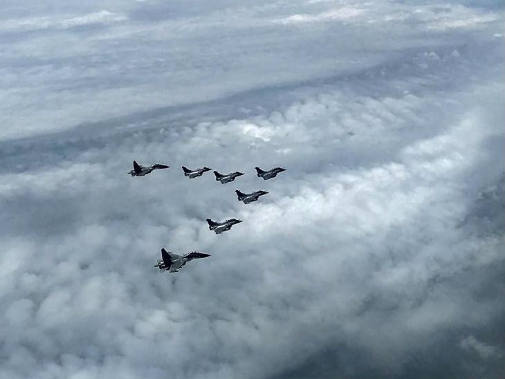 फोटो 29 जुलाई की है। उस दिन 5 राफेल 2 सुखोई विमानों के एस्कॉर्ट में अम्बाला एयरबेस पहुंचे थे।