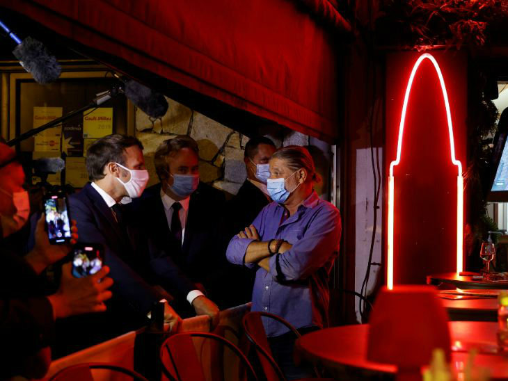 फ्रांस में संक्रमण तेजी से बढ़ रहा है। बुधवार को आठ हजार से ज्यादा संक्रमित मिले। इस बीच राष्ट्रपति एमैनुएल मैक्रों कोर्सिया शहर के एक रेस्टोरेंट पहुंचे और लोगों से बातचीत की।